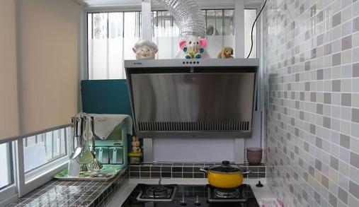 选择怎样的隔断? 改成厨房后,隔断最好是以推拉门的形式,做饭的时候把推拉门合起来,做完饭后再打开,确保平日里空气的流通性,不让厨房里的霉味四散,破坏家里的风水。 北阳台改成厨房的风水注意事项 如果有朋友还是很想把北阳台改成厨房的话,那一定要跟客厅间做个隔断!至于什么隔断,上面已经提到了。另外,改成厨房后,厨房的面积肯定不大,所以水管的设置要合理,不能有漏水等问题,小心破坏住宅风水。 北阳台改厨房在风水上属阴,又因为自然地理条件的因素,北方归于阴面,所以在早晨和黄昏会有阳光的照射,此时阳光的照射对厨房的风水