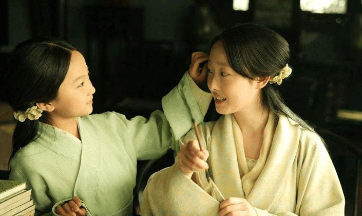 2010年,林妙可出演了电视剧《新版红楼梦》,饰演幼年林黛玉,当时的图片
