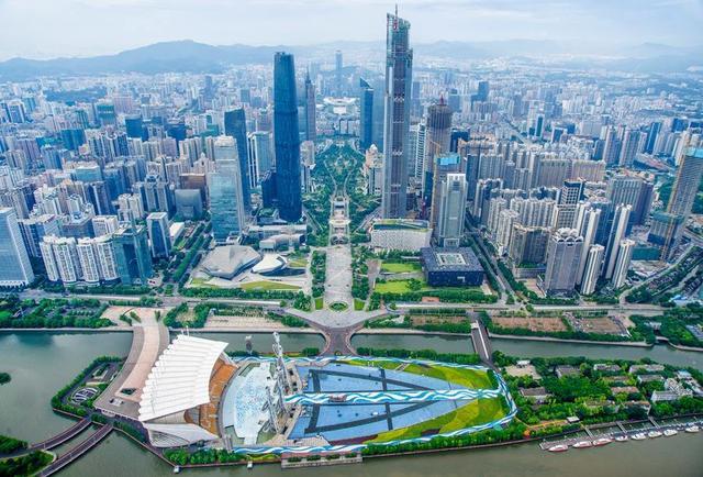 某天小铁路过北京标志性建筑物中央电视台大裤衩子的时候,赫然发现旁边传说中的北京第一高楼中国尊即将建成,想想心里还是有些激动的,毕竟大楼还没开建前,就看到了效果图,威武霸气、高耸云间。 当然,中国尊正式完工后又将破一新纪录,中国尊总高528米,将超过现有的台湾101大厦成为中国第三高楼。 所以,今天小铁要说说目前中国排名前十的高楼,看看中国建设的神奇之处。 第一上海中心大厦 总高:632米 地点:中国上海 上海中心大厦,现在是上海,也是中国第一高楼,小铁也终于有幸在毕业之际见到了它的全貌。大厦主要