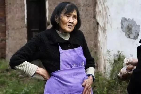 84岁老奶奶上热搜!5毛钱早餐卖了25年,照亮山区孩子的求学之路