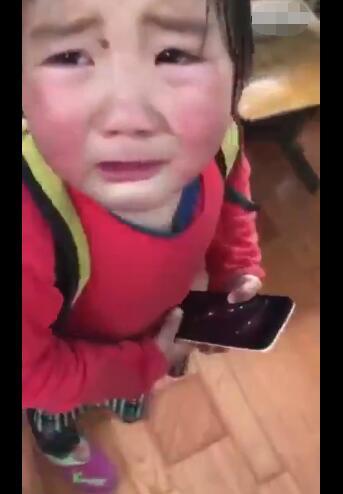 女孩上学路上捡了1只流浪狗 到校后却哭起来 哭的原因好暖心!-图片1