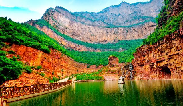 红崖大峡谷风景区野谷幽深,林木繁茂,百花争艳,满目苍翠,草木丰美