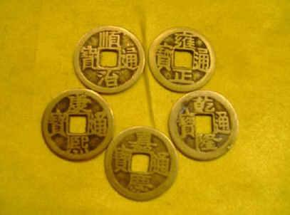 铜钱摇卦的原理_三个铜钱摇卦对照图