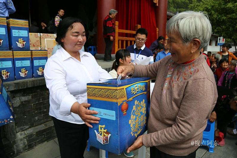 """母亲节的献礼:""""母亲邮包""""为青木川贫困妈妈送上关爱 - 视点阿东 - 视点阿东"""