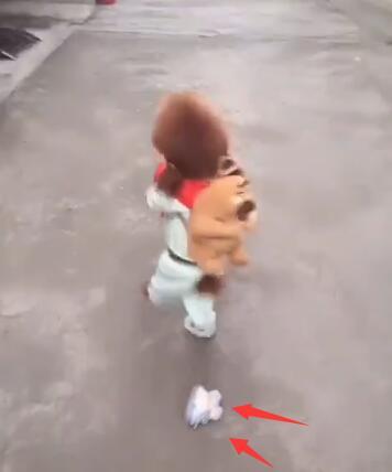 狗狗走路走得太急鞋掉了 听到主人叫它后 狗狗赶紧做出这个举动-图片1
