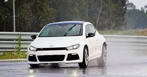 下雨天这样开车很危险!6大误区提前规避