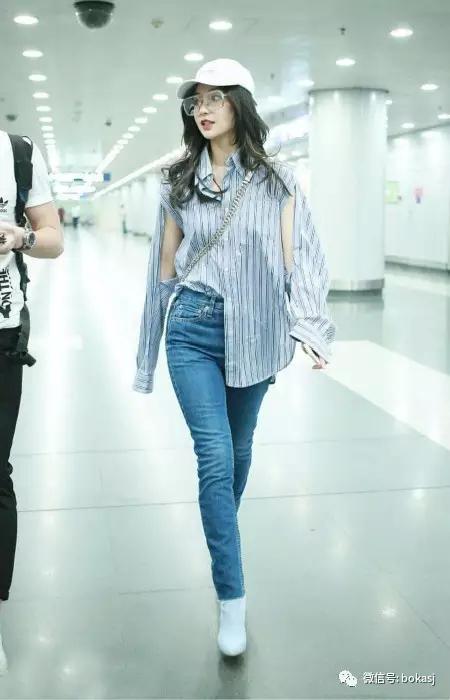 杨颖的街头风格充满活力可爱的少女气息.