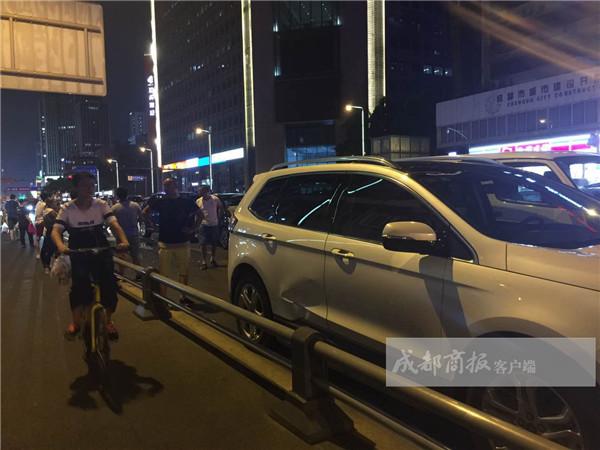 红星路5车连环追尾 suv车主被吓到撞了护栏