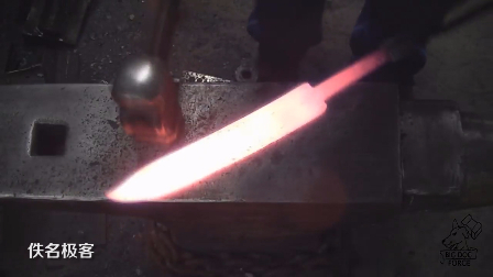 实拍老铁匠锻造大马士革刀,太厉害了,你猜跟中国龙泉宝刀对战如何?