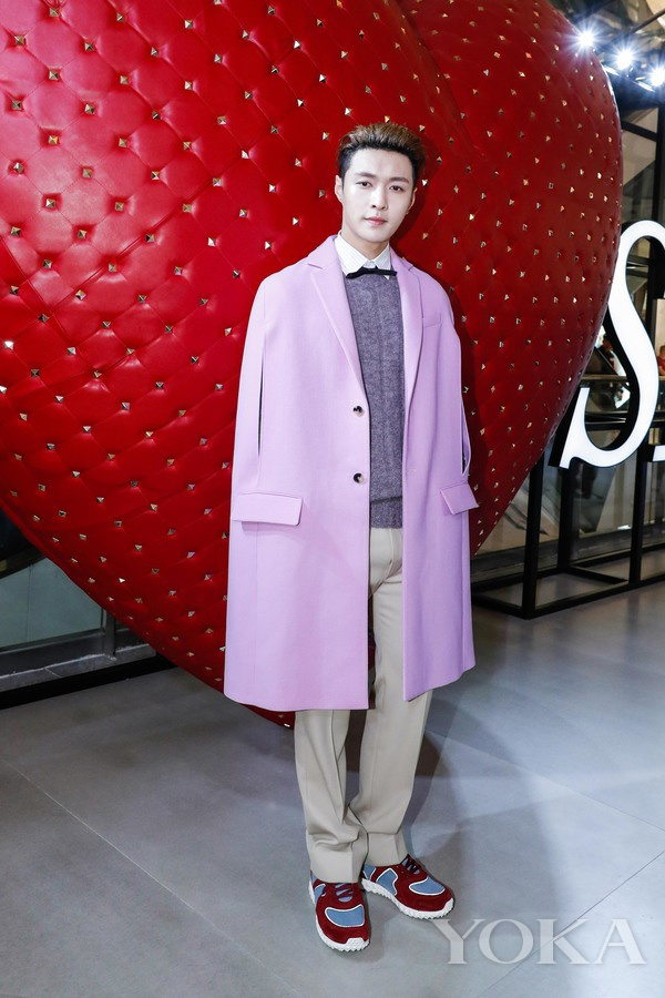 张艺兴在Valentino I LOVE SPIKE限定展览 图片来自Valentino-七夕甜