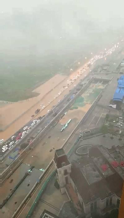 ▲剑南大道中海段-就算大雨让这座城市颠倒,公司照样算你迟到 成都高清图片