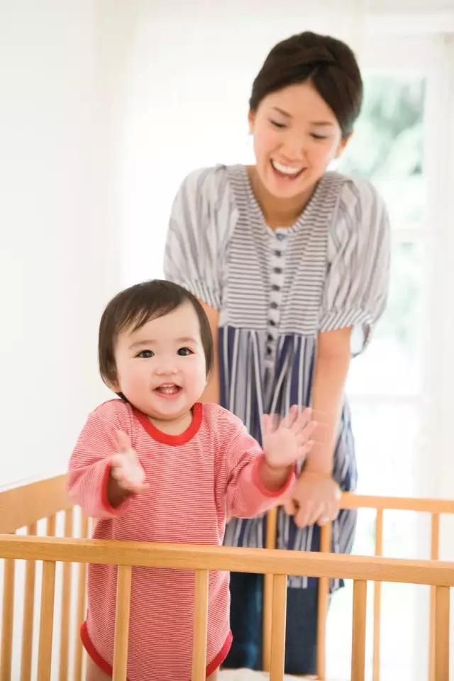 """陈浩民老婆变""""金刚芭比""""抱三娃拍照,当妈后的你还好吗?"""