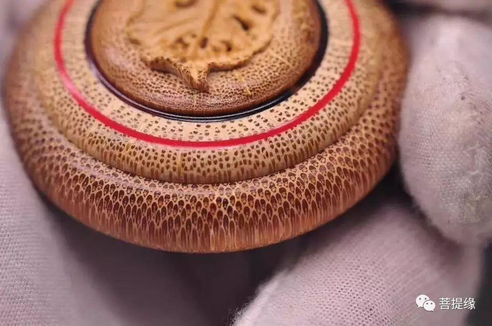 上手的竹根雕,最好用猪毛刷刷一个月左右,再用密封袋放在密封环境里
