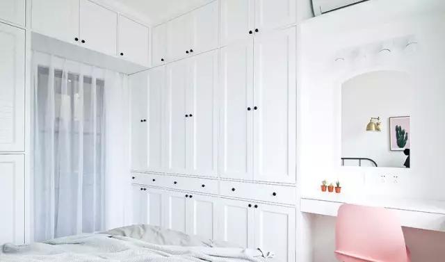 卧室里某一面墙较大的,可以把它利用起来装成一整面的衣帽间,甚至可以通过开放式的挂钩等形式,来实现自己梦寐以求的衣帽间小梦想。