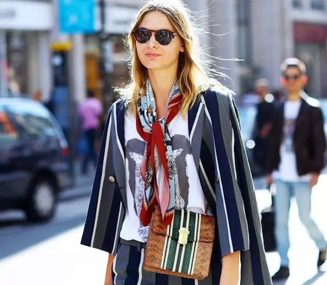秋季丝巾的魅力 给你时尚感觉