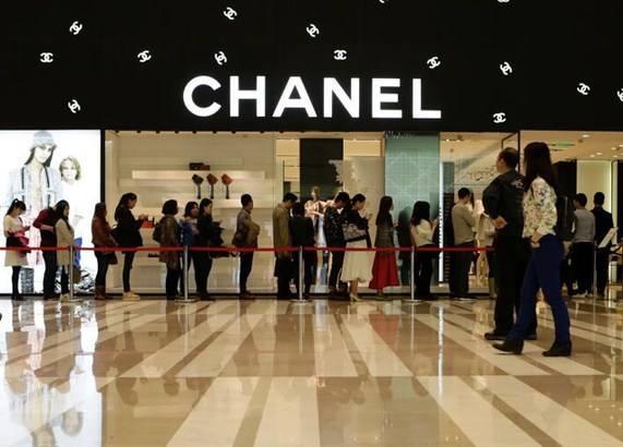 LV、香奈儿等奢侈品牌缘何热衷跨界 与业绩不佳有关?