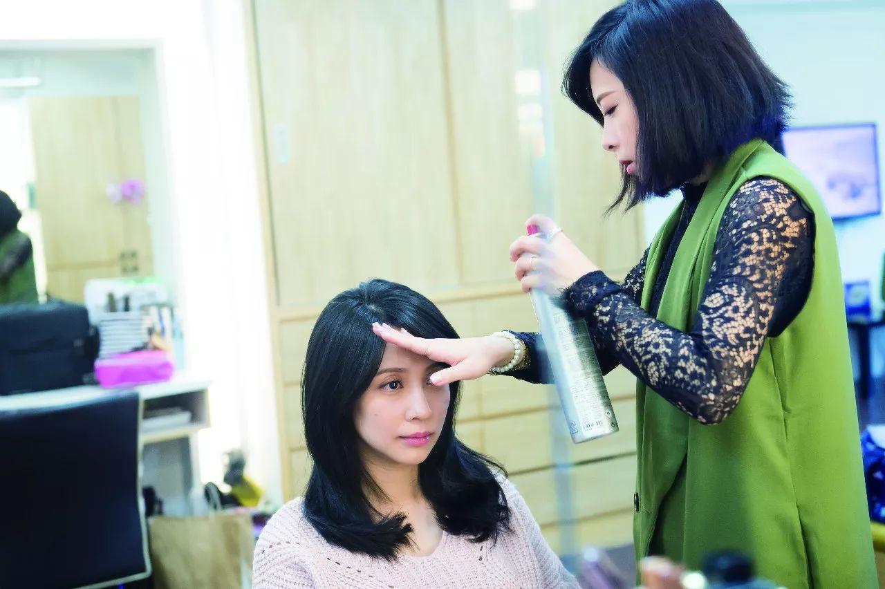 涂指甲油、染头发、戴隐形眼镜、化妆、微整形......孕妈也能做这些吗?