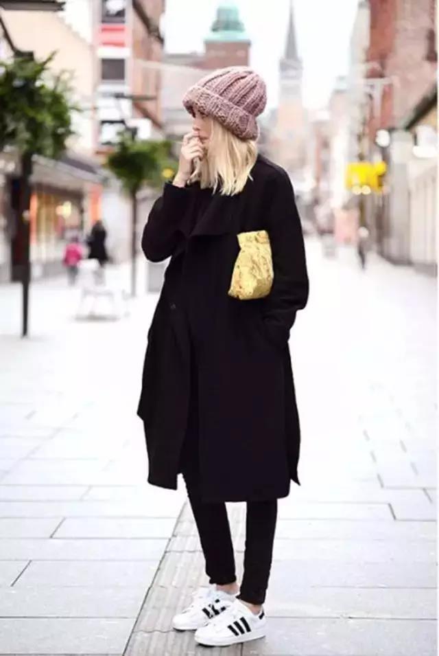 黑色呢子大衣搭配运动鞋也很in.图片
