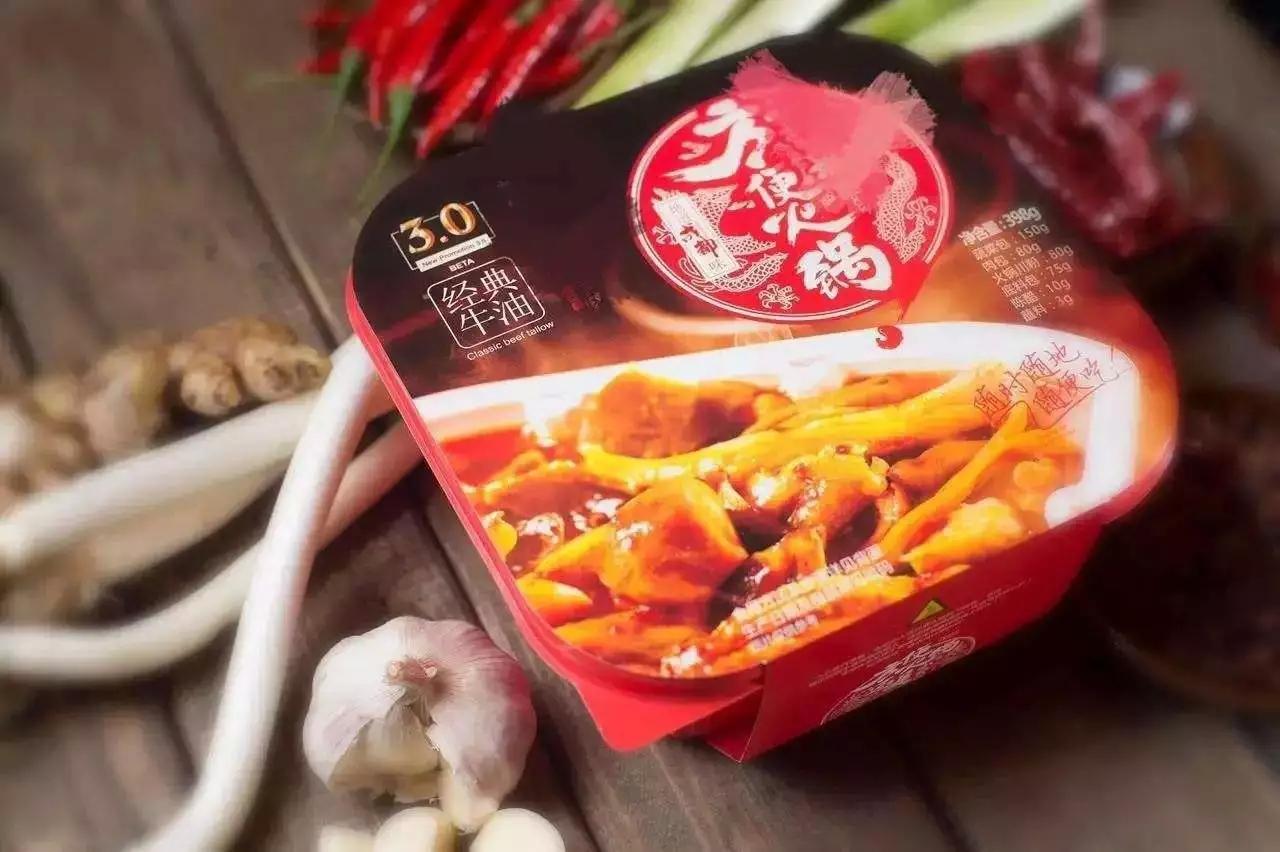 最近以连锁品牌小龙坎为首的自热方便火锅毫无预兆地火了起来,数据
