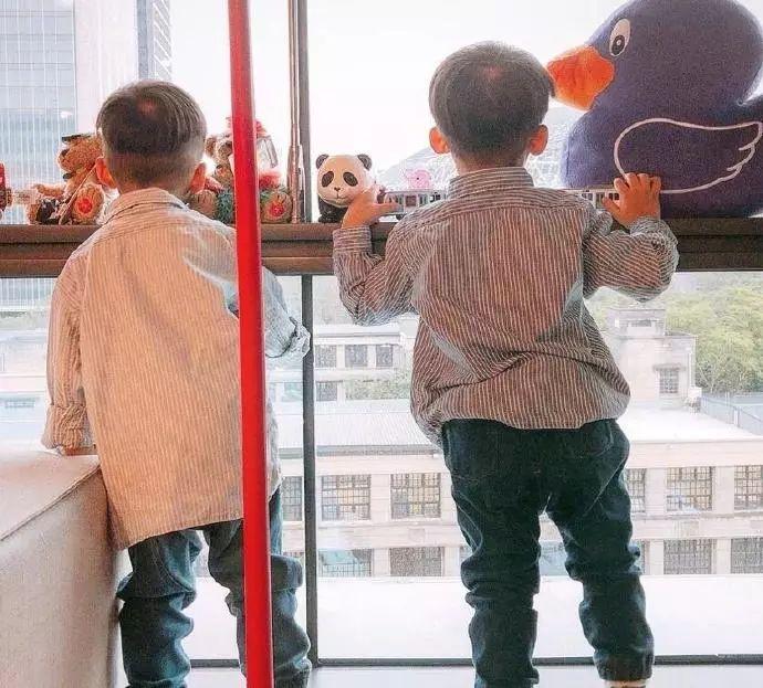 黑人带双胞胎儿子逛街温馨幸福,却因这个动作被网友骂惨了!