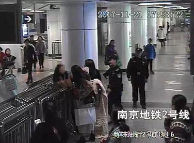 地铁上下车引发纠纷,2名女子竟连踢孕妇肚子2脚!