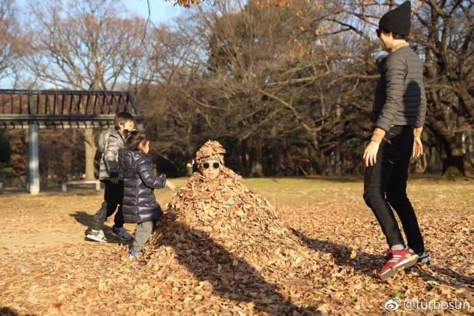 孙俪和儿女用树叶狂埋邓超,有一个佛系老公是怎样的体验?