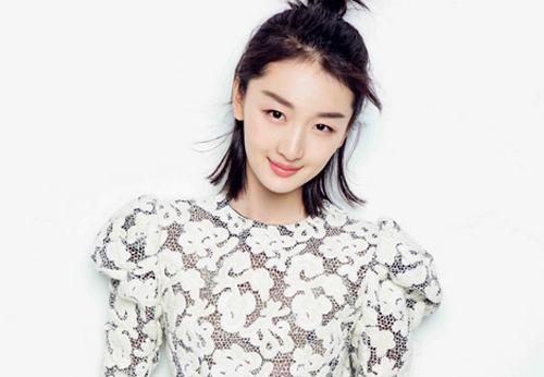 周冬雨参加湖南卫视节目《中餐厅》,她在其中活泼呆萌让观众直呼可爱.