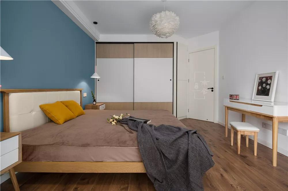 本案的业主是三口之家,有一个刚会走路的小公主,一家人对未来的家充满期待。设计之初的定位就是年轻多元化的风格,以白色作为底色,用温暖的原木来中和白色的冰冷感,增加空间的温暖色,大面积地板的运用让空间的的暖调子进一步得到提升,让整个空间更有温度。 图赏 主卧室看向餐厅,透过书房玻璃隔断能看到客餐厅之间的电视柜。  餐厅与小房间墙体拆除后,有一根比较低的大梁,比较难处理,我们设计了灯带来美化这根大梁。 厨房两侧墙体拆除做成了鞋柜,厨房门则做成了顶轨道的单向移门。  厨房看向餐厅,书房顶面与抬高部分设计了两条灯带