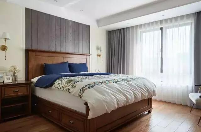 """这套现代美式是我见过这么多现代美式中比较独特的一款,整个空间以现代舒适的空间氛围,在细节的考究上也是用心精致,搭配出了一个优雅高档的氛围。 客厅 沙发墙墙角装上护墙板,上方以淡蓝乳胶漆刷新,独特的""""4+1""""的装饰画搭配,打造出一个独特的视觉感;棕色皮沙发,集合两侧的复古小边几柜,显得稳重而又高档;  地面砖铺贴时做了个边线造型,以四周深色+茶几区域浅色的搭配,加一套独特的复古皮艺茶几,让客厅显得自然而又舒适大方;   电视墙则是以大理石质感的材质打造,电视机下方装了个壁炉造型,整体显得独特而又高档端庄"""