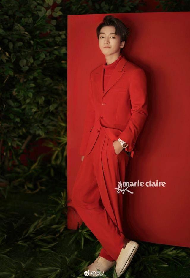 王俊凯拍贺岁封面又涂口红又洗脚 怪异中有帅气!