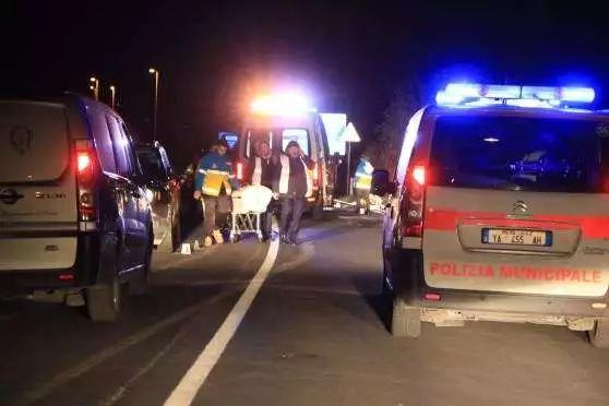 华人驾奔驰撞伤老人强行拖曳20余米 致其当场死亡
