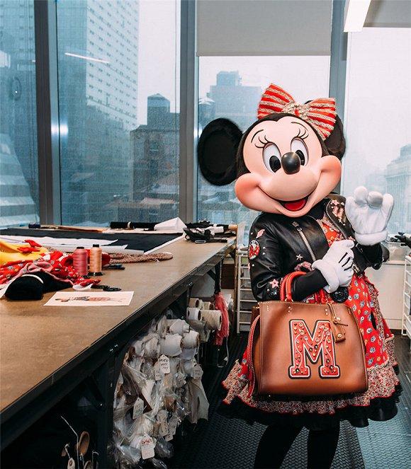 当米老鼠的女票穿上了一整套Coach......