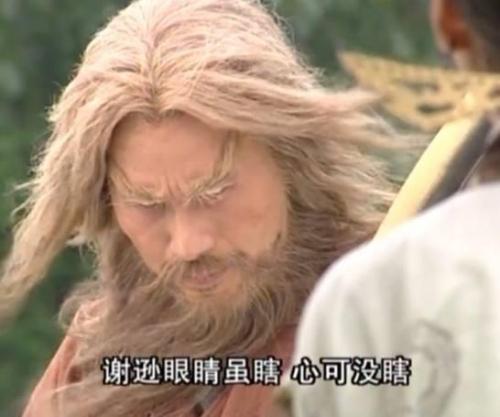 吴亦凡银色鸡窝头玩滑板车 杀马特真实写照尽显可爱