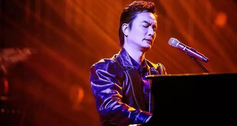 你只知道他是临时救场的补位歌手,却不知道他是才华横溢的钢琴王子...