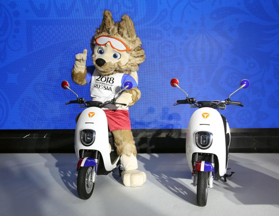 14.2018FIFA世界杯吉祥物扎比瓦卡骑着雅迪米纳电动车