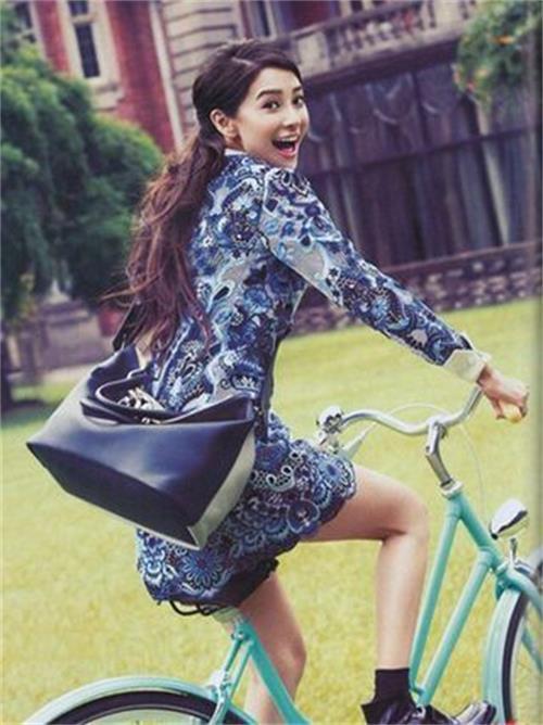 杨颖  baby这回眸一笑既显得活波可爱,又率直大方,原来单车不仅可以