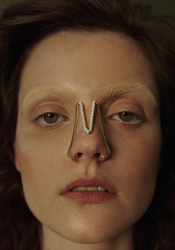 Celine告诉你这个夏天什么耳环最时髦 马来西亚设计师为鼻子做了一组饰品