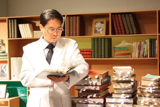 美国美容医学会胡琼华博士 为中国开创母胎重睑术时代