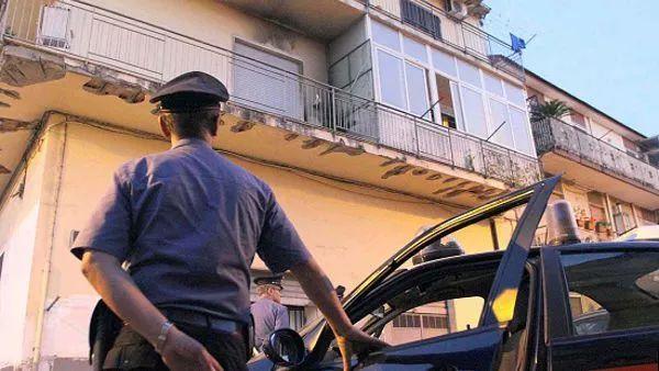 两岁女孩被从阳台上推下,母亲涉嫌谋杀被捕