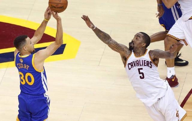 尴尬癌要犯!勇士球迷为JR鼓掌,罚球时还高呼MVP,库里要吃醋了
