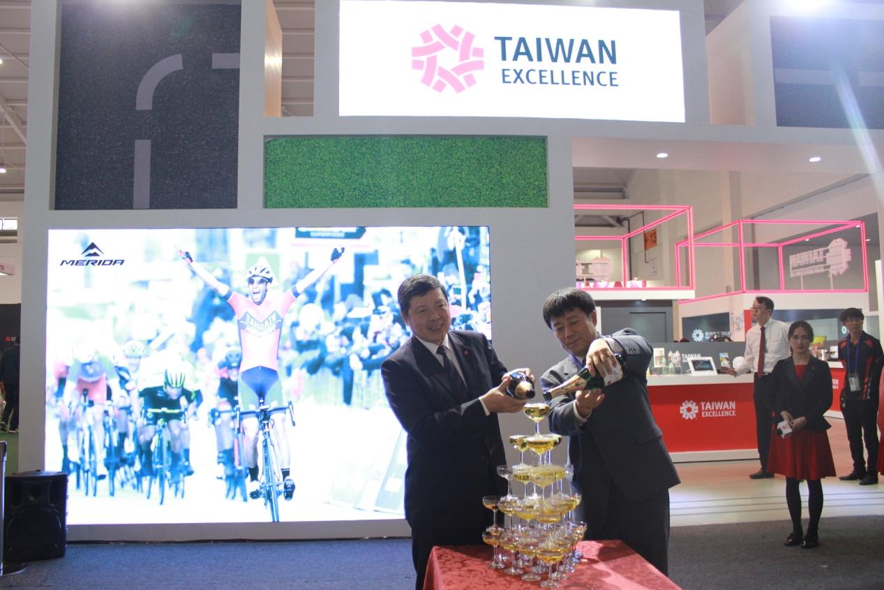 台灣精品館媒體見面會由雲南省工商聯王偉副主席與外貿協會葉明水秘書長主持香檳塔儀式