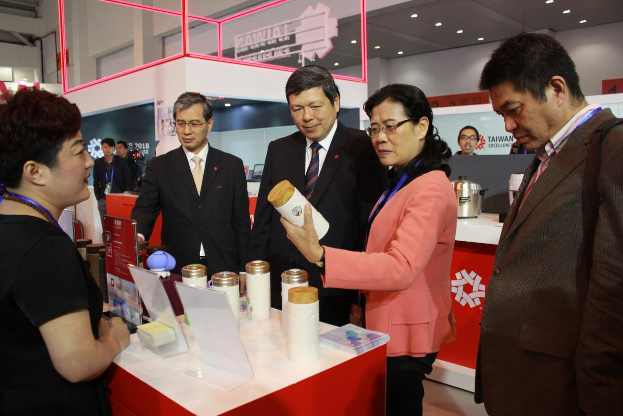 乾唐軒陶瓷杯吸引雲南商務廳張紅霞副巡視員興趣