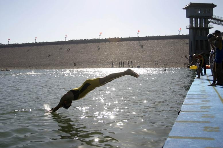 铁人三项的比赛大多数都在水库中进行,因此水库是相对安全的公共游泳水域,但出于环保考虑许多水库其实是禁止公众游泳的。图为昌平十三陵水库中进行的铁人三项世界杯北京站比赛现场(供图 视觉中国).jpg