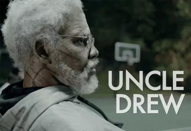 没有NBA比赛的日子 总是过得无聊 但今年的休赛期迎来了 欧文主演的《德鲁大叔》  电影简介: 德鲁大叔和他强悍的队伍称霸了1960年的洛克公园,直到团队分裂,队友们各奔东西,时至今日,业余教练达克斯的球员们被死对头穆奇挖走,此时他正急需一支队伍,万般无奈下恳求德鲁大叔将往日的队伍重新组合在一起,希望能回到往日的巅峰。