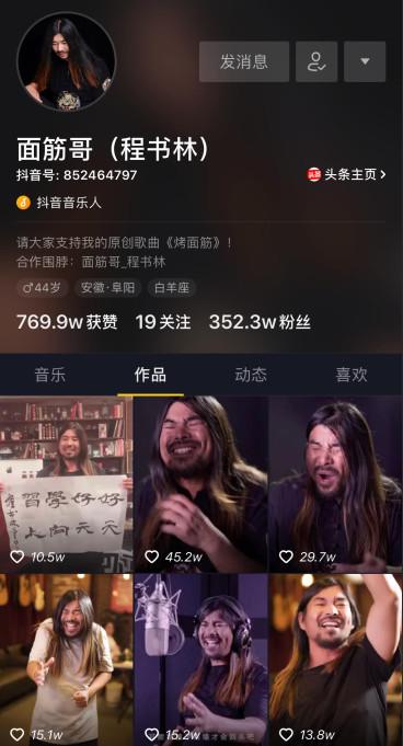 """这个在歌唱竞赛上被韩红开口骂""""滚""""的流浪汉,竟然有500万粉丝都爱听他唱歌!"""
