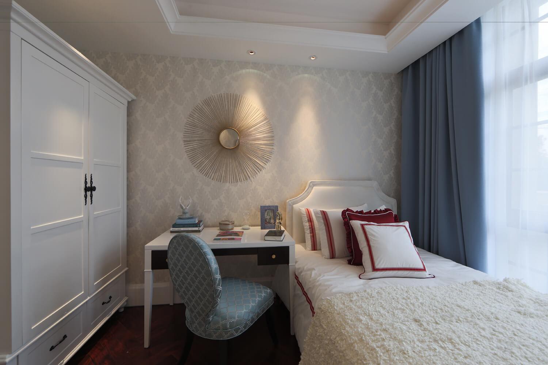 今天為大家分享的是一套180平米歐式簡約裝修案例,很喜歡這套案例的色彩搭配,家具的布置簡單實用,給人以源源不斷的自在活力。 客廳 整體空間的色調搭配上,非常的細膩高貴,且耐人尋味,經典與優雅的家具配置,以及精致的軟裝搭配。  沙發背景墻使用了當下流行的白色材料進行裝飾,簡單的線條簡潔大氣。  沙發與窗簾使用了深灰色,不同色調的灰色,突現了空間的層次。  餐廳 長條餐桌可以容納多人同時用餐。白色的天花板吊燈與餐桌相連,整體感覺溫馨優雅。  廚房 灰白色的地磚延伸到了廚房,好看易打理。白色墻磚搭配白色櫥柜,百