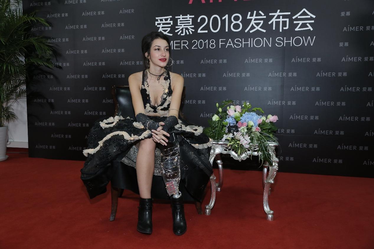 这位少了一条腿的18岁意大利美女,竟走上爱慕2018发布会舞台,美到令人窒息!