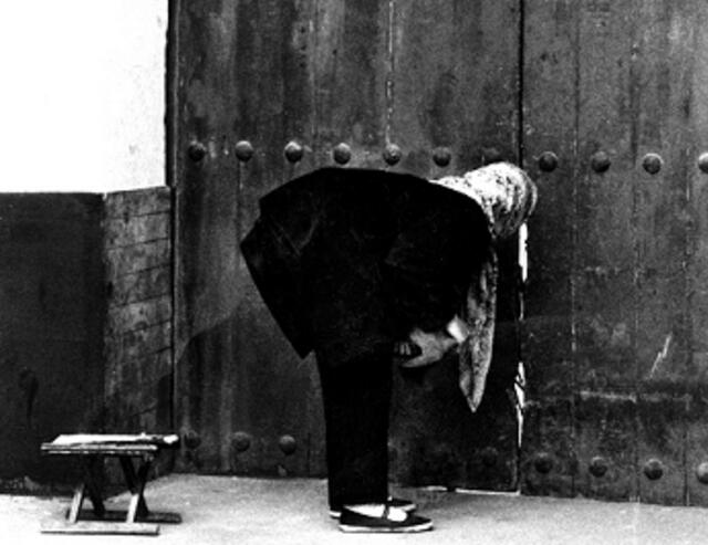 爷爷死后棺材抬不动,小孙女说看见他微笑,道士来家人哭