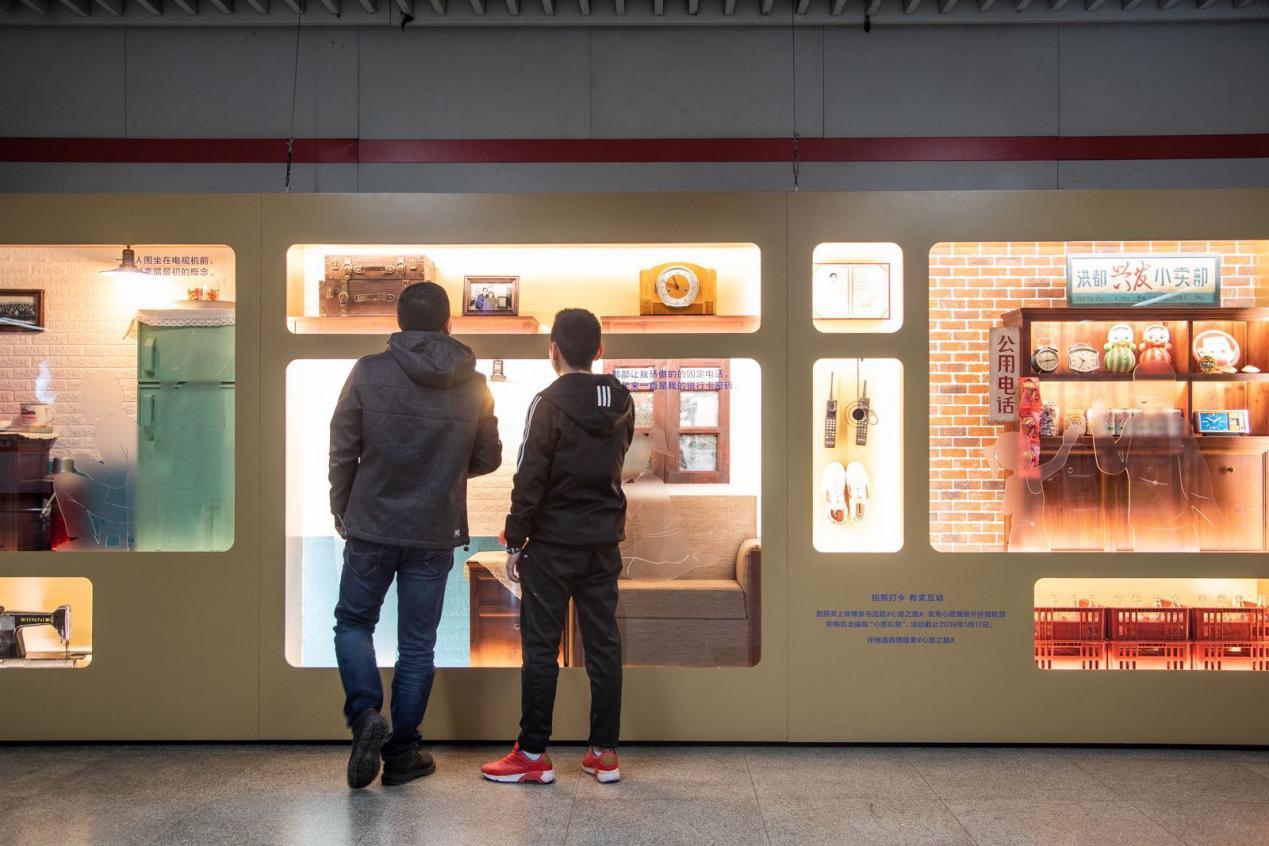 """""""心愿之路""""引围观,微众银行微粒贷把40年心愿搬到地铁站"""