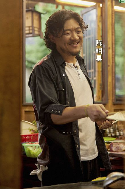 蘑菇屋来了12位客人,他们自带菜肴还不住宿,黄磊全程都在笑